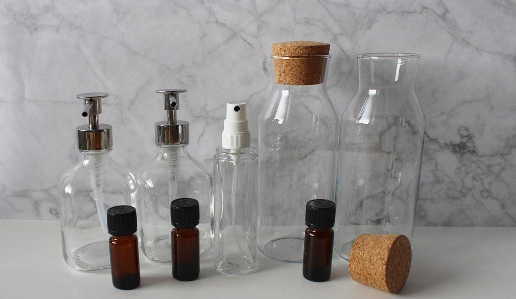 recipiente goale in care pot fi  depozitate remedii naturale pentru purici la caine, pe o masa alba